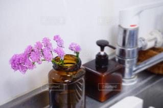 テーブルの上の花の花瓶の写真・画像素材[2141308]