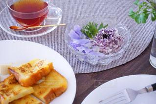食卓の上の食べ物の皿の写真・画像素材[2141323]