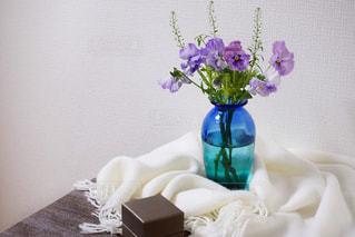 テーブルの上の花瓶に花束をの写真・画像素材[2280599]