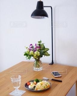 木製のテーブルの上に座っている花瓶の写真・画像素材[2733550]