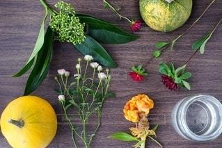 木製のテーブルの上に座っている果物のボウルの写真・画像素材[2733557]