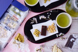 食べ物の皿をテーブルの上に置くの写真・画像素材[3035931]