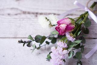 テーブルの上に花の花瓶の写真・画像素材[3088713]