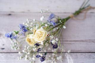 テーブルの上の花瓶に花束の写真・画像素材[3088717]