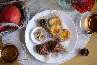 食べ物の皿をテーブルの上に置くの写真・画像素材[3725944]