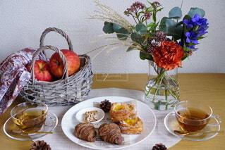 皿に食べ物の皿をトッピングしたテーブルの写真・画像素材[3725945]
