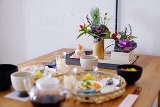 食べ物の皿をトッピングしたテーブルの写真・画像素材[4056775]