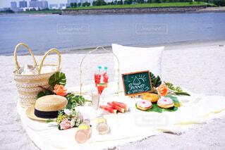 食べ物と水のテーブルの写真・画像素材[4350407]