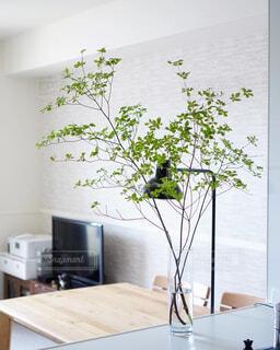 テーブルの上に家具と花瓶で満たされた部屋の写真・画像素材[4355730]