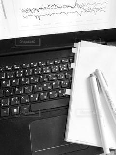 ノートパソコンと作成中資料の写真・画像素材[2791715]