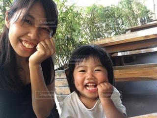 カメラに向かって笑みを浮かべて少女の写真・画像素材[737237]