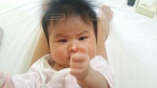 ベッドの上に座っている赤ちゃんの写真・画像素材[928296]