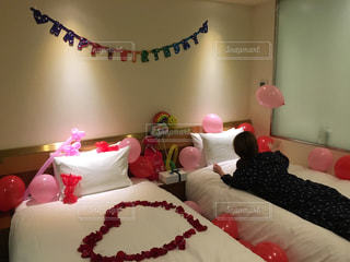 ベッドの上で赤と白のケーキの写真・画像素材[710035]