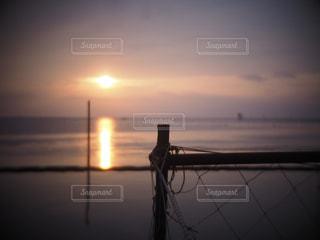 水の体に沈む夕日の写真・画像素材[1269343]