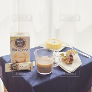 テーブルの上のコーヒー カップの写真・画像素材[1308580]