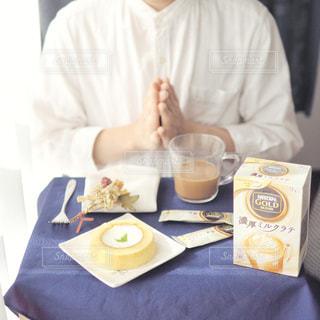 一杯のコーヒーをテーブルに着席した人の写真・画像素材[1308610]