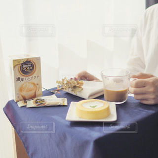 一杯のコーヒーをテーブルに着席した人の写真・画像素材[1308620]