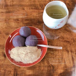 テーブルの上のコーヒー カップの写真・画像素材[1522572]