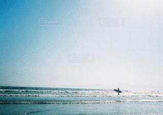 1人,海,空,スポーツ,屋外,サーフィン,ビーチ,波,暑い,水面,海岸,サーファー,シルエット,浜辺,夏空,青色,日中,フィルム写真,夏色