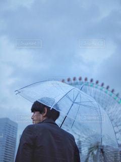 男性,空,雨,傘,屋外,観覧車,水滴,人物,横顔,人,横浜,雫,梅雨,天気,雨の日,1人