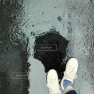 足元の水たまりの写真・画像素材[2182220]