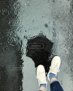 靴,雨,傘,屋外,足元,水たまり,水面,影,反射,リフレクション,梅雨,天気,スニーカー,雨の日,履物