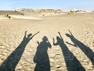 砂浜の上に立っている人々のグループの写真・画像素材[2189416]