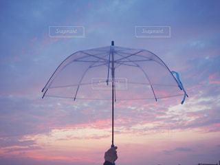 雨上がりの夕焼けと傘の写真・画像素材[2249089]