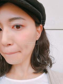 帽子をかぶった女性のクローズアップの写真・画像素材[2293556]