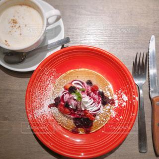 食べ物の皿と木製のテーブルの上のコーヒーの写真・画像素材[2301858]