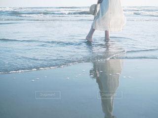 水域の隣に立っている人の写真・画像素材[2328413]