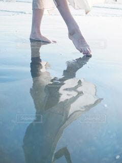 水辺を歩く人の写真・画像素材[2328418]