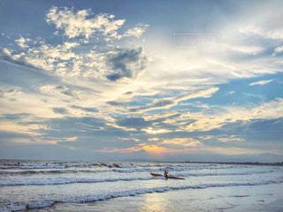 水域の上空の雲の群しの写真・画像素材[2328459]