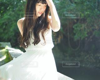 白いドレスを着た女性の写真・画像素材[2328467]