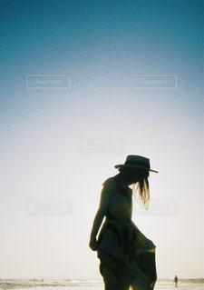 浜辺に立っている人の写真・画像素材[2433659]