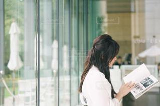 窓の前に立っている女性の写真・画像素材[2495794]