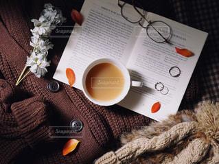 テーブルの上に座っているコーヒーカップの写真・画像素材[2735316]