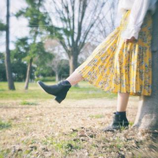 黄色いドレスを着た人の写真・画像素材[2741742]