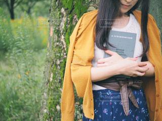 本を持っている女性の写真・画像素材[2777183]