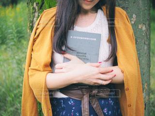 本を持っている女性の写真・画像素材[2777192]