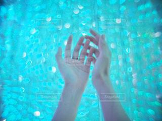 青色のイルミネーションと手の写真・画像素材[2781940]