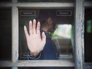 建物の前に立っている人のクローズアップの写真・画像素材[2801141]