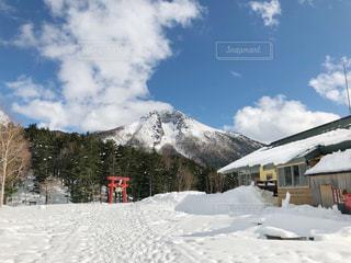 雪に覆われた山の写真・画像素材[2951394]
