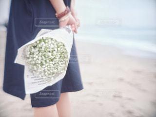 ビーチに立っている女性の写真・画像素材[2960833]