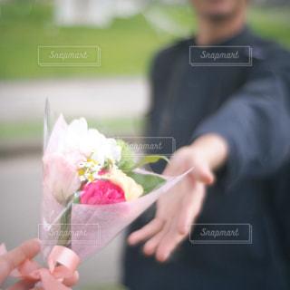 花を持っている人の写真・画像素材[2960834]
