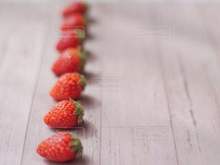 ケーキ付きの赤いまな板の写真・画像素材[3149778]