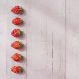 並んだイチゴの写真・画像素材[3149780]