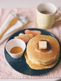 食べ物の皿とコーヒーのカップのクローズアップの写真・画像素材[3254974]