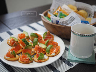 テーブルの上の食べ物の皿のクローズアップの写真・画像素材[3254972]