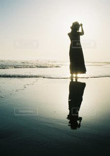 水の中に立っている人の写真・画像素材[3544889]